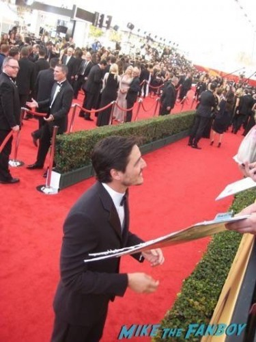 SAG Awards 2015 signing autographs for fans 37