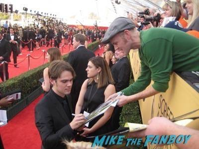 SAG Awards 2015 signing autographs for fans 39