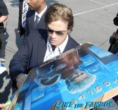 Benicio Del Toro signing autographs spirit awards 2015 signing autographs 36