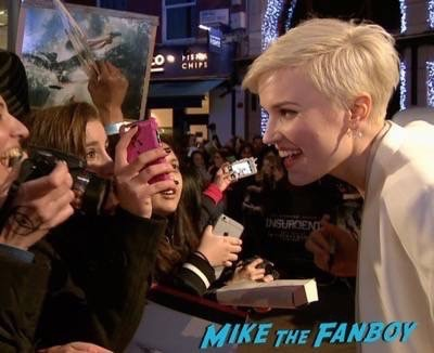 Divergent series insurgent london premiere photos theo james signing autographs 4