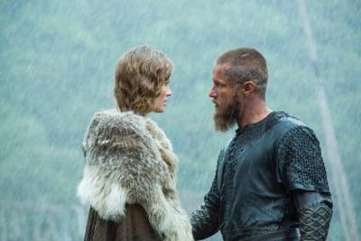 vikings Queen Aslaug (Alyssa Sutherland) and King Ragnar (Travis Fimmel)