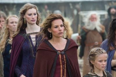 Queen Aslaug (Alyssa Sutherland) and Siggy (Jessalyn GIlsig)