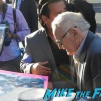 stan lee signing autographs Avengers: Age of ultron world premiere photos signing autographs 9