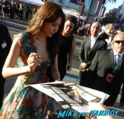 Claudia Kim signing autographs Avengers: Age of ultron world premiere photos signing autographs 11