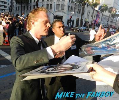 paul bettany signing autographs Avengers: Age of ultron world premiere photos signing autographs 16