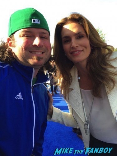 cindy crawford fan photo Tomorrowland premiere george clooney signing autographs 8