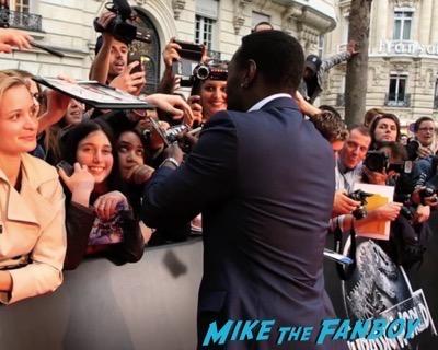Jurassic World london premiere chris pratt bryce Dallas Howard signing autographs 7