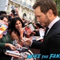Jurassic World london premiere chris pratt bryce Dallas Howard signing autographs 7