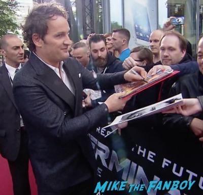 Terminator Genisys Berlin Premiere Arnold Schwarzenegger signing autographs 6