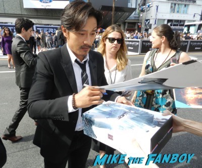 Byung-hun Lee signing autographs Terminator: Genisys los angeles premiere arnold schwarzenegger signing autographs 16