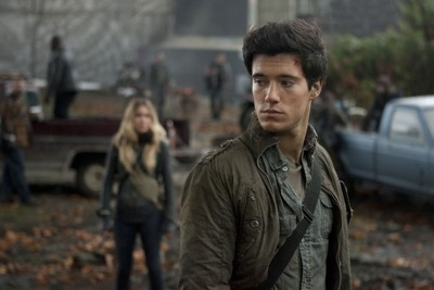drew-roy-and-sarah-carter-in-falling-skies-episode-2-01-worlds-apart-2