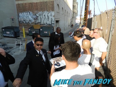 zoe saldana signing autographs jimmy kimmel live 2015 1