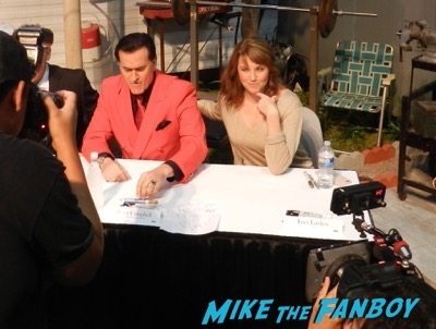 ash vs the evil dead autograph signing comic con bruce campbell 2