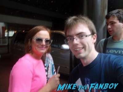 Amy Poehler signing autographs fan photo 5