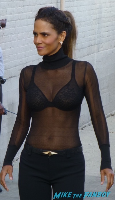 Halle Berry signing autographs jimmy kimmel live 2015 4