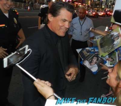 josh brolin Everest movie premiere Jake Gyllenhaal dissing fans josh brolin signing autographs 9