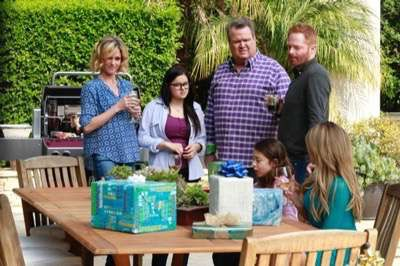 Modern-Family-Grill-Interrupted-Season-6-Episode-19-05 2 modern-family season 6 cast photo
