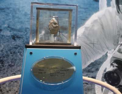 nasa signed memorbilia moon rock 1