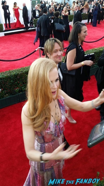 Nicole Kidman signing autographs SAG Awards 2016 signing autographs 1