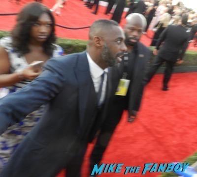 Idris Elba signing autographs SAG Awards 2016 signing autographs 19