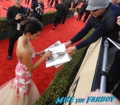 Priyanka Chopra signing autographs SAG Awards 2016 signing autographs 21