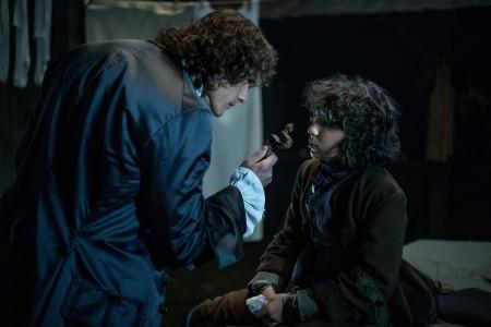 outlander Sam+Heughan+(as+Jamie+Fraser),+Romann+Berrux+(as+Fergus)-+Episode+203