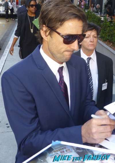 Luke Wilson signing autographs Roadies premiere