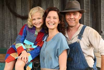 """DOLLY PARTON""""S COAT OF MANY COLORS -- """"Dolly Parton's Coat of Many Colors"""" -- Pictured: (l-r) Alyvia Alyn Lind as Dolly, Jennifer Nettles as Avie Lee Parton, Rick Schroder as Lee Parton -- (Photo by: Quantrell Colbert/NBC)"""