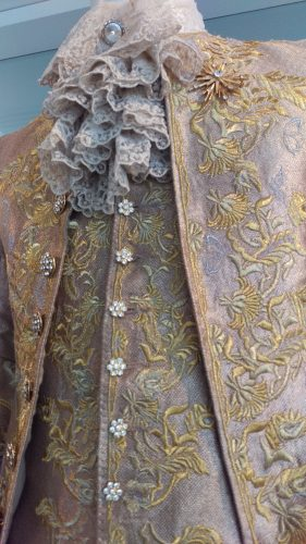 Details King Louis XV (Gold embroidered suit)