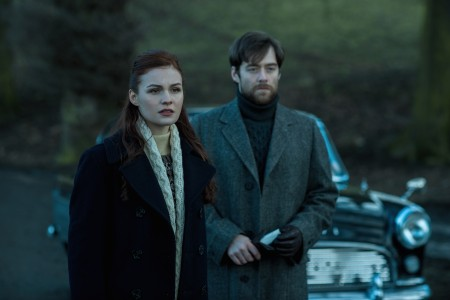 Sophie+Skelton+(as+Brianna+Randall),+Richard+Rankin+(as+Roger+Wakefield)-+Episode+213
