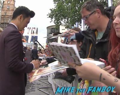 Star Trek Beyond UK world premiere chris pine signing autographs 4