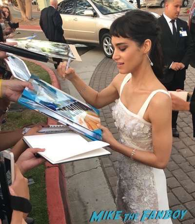 Star Trek Beyond san diego comic con premiere signing autographs Sofia Boutella with fans