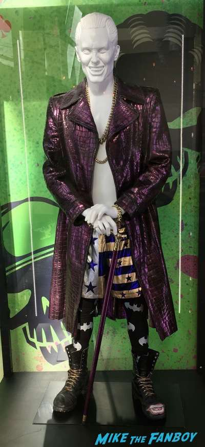 Suicide Squad prop and costume display harley quinn the joker 18