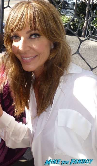 allison-janney-meeting fans signing autographs