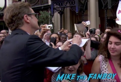 bridget-joness-baby-london-premiere-signing-autographs-rene-zellweger-meeting-fans-16