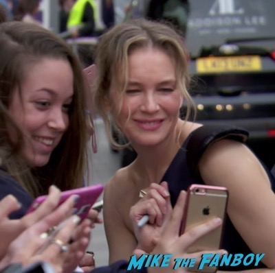 bridget-joness-baby-london-premiere-signing-autographs-rene-zellweger-meeting-fans-3