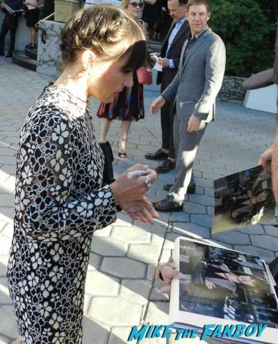constance zimmer-signing-autographs-2016-emmy-party-lana-parilla-photobomb84