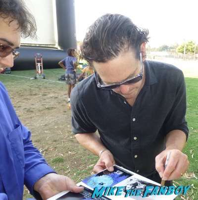Henry Thomas meeting fans farspeaker concert signing autographs 10