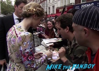 the-girl-on-the-train-uk-world-premiere-emily-blunt-meeting-fans-luke-evans-10