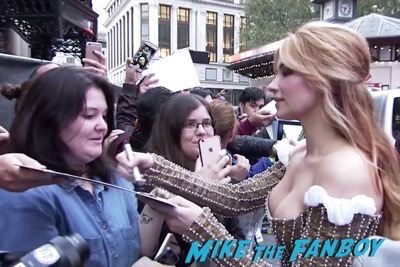 the-girl-on-the-train-uk-world-premiere-emily-blunt-meeting-fans-luke-evans-2