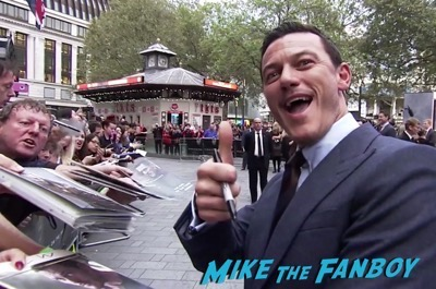 the-girl-on-the-train-uk-world-premiere-emily-blunt-meeting-fans-luke-evans-3