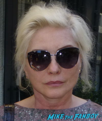 debbie-harry-meeting-fans-2016-signing-autographs-blondie-singer-rare-3