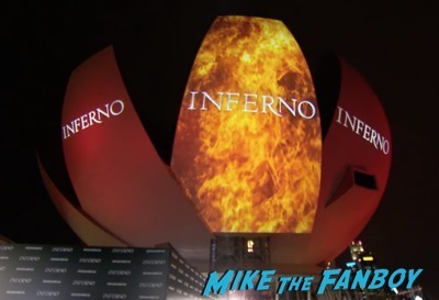 inferno-singapore-red-carpet-tom-hanks-signing-autographs-for-fans-10