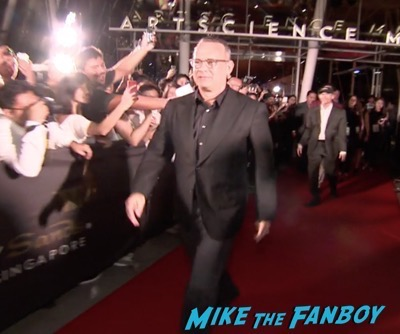 inferno-singapore-red-carpet-tom-hanks-signing-autographs-for-fans-2