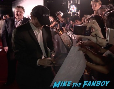inferno-singapore-red-carpet-tom-hanks-signing-autographs-for-fans-4