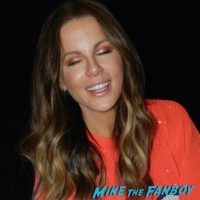 kate-beckinsale-meeting-fans-photo-flop-3