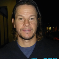 Mark Wahlberg Signing Autographs for fans 2016 hot sexy 2