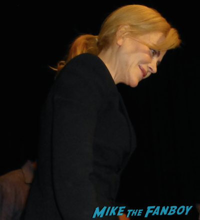 nicole-kidman-signing-autographs-gold-q-and-a-5