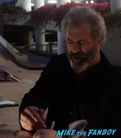 Mel Gibson signing autographs 2016 hacksaw ridge q and a 16
