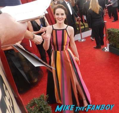 Michelle Dockery SAG Awards 2017 signing autographs bleachers 14